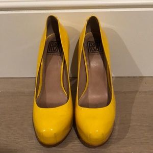 Patent leather yellow platform pumps